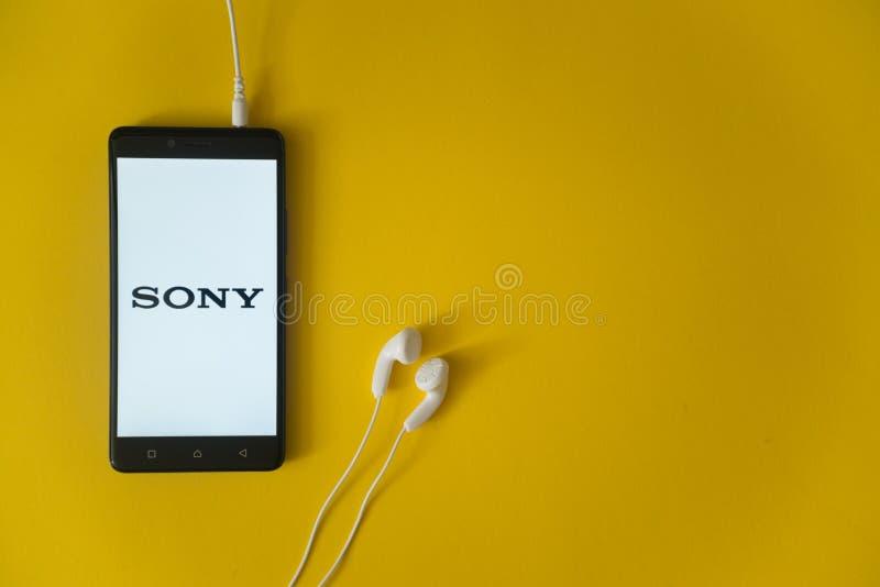 Sony-embleem op het smartphonescherm op gele achtergrond royalty-vrije stock foto's