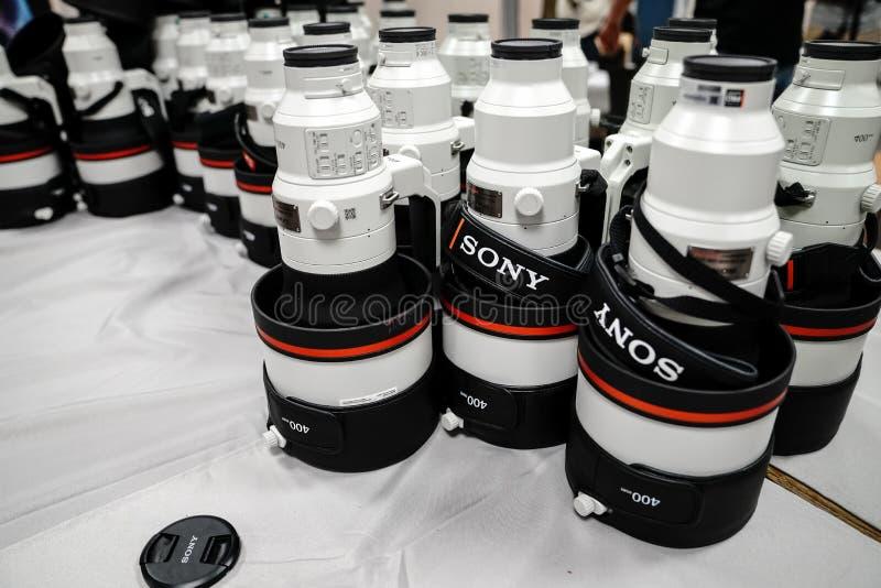 Sony 400 Millimeter-Teleobjektive für Alpha 9 Reihe werden während einer Konferenz für gestapelt stockbild