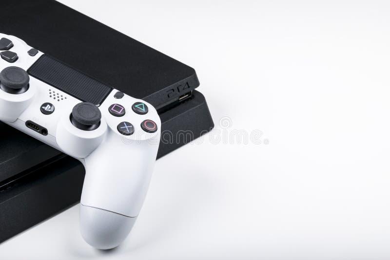 Sony PlayStation 4 modig konsol med en vit styrspakdualshock 4 på vit bakgrund, konsol för hemvideolek royaltyfria bilder