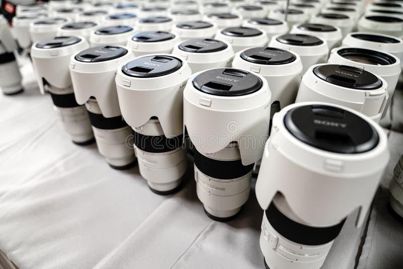 Sony wordt 70-200 lenzen voor Alpha- 9 reeksen gestapeld tijdens een conferentie voor fotografen royalty-vrije stock foto's