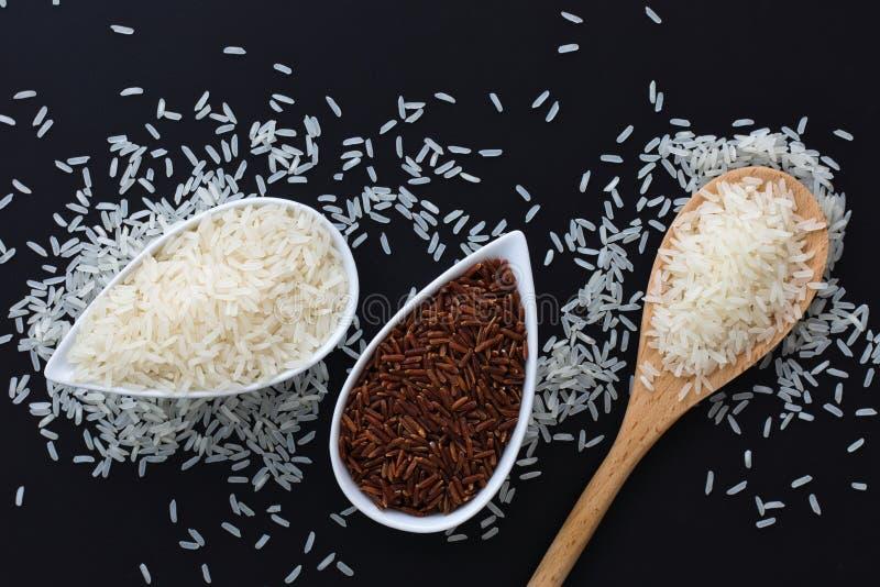 soort 3 de ruwe Thaise rijst van de rijst Thaise Jasmijn, Glutineuze/Kleverige Rijst, Ongepelde rijst in witte koppen royalty-vrije stock fotografie