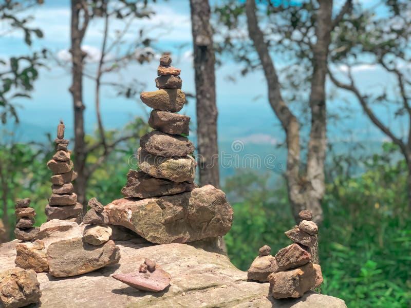 Soort steen of gestapelde steen met aardachtergrond royalty-vrije stock foto's