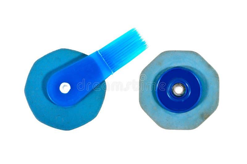 Soort twee oude blauwe rubberdiegom met borstel op witte achtergrond wordt geïsoleerd thailand stock foto's