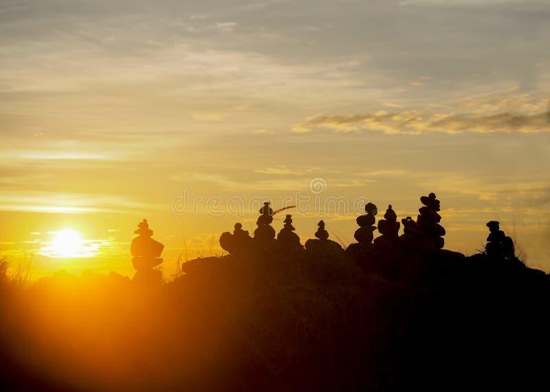 Soortstenen met mooie zonsondergang stock afbeeldingen
