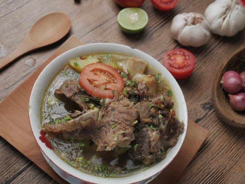 Sop Buntut ou Sop Tulang Sapi, Indonésia Oxtail Soup foto de stock