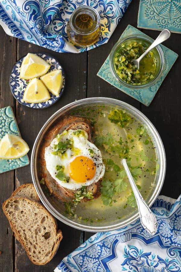 Sopa alentajana -从葡萄牙的大蒜汤有烤面包片和鸡蛋的 免版税库存照片