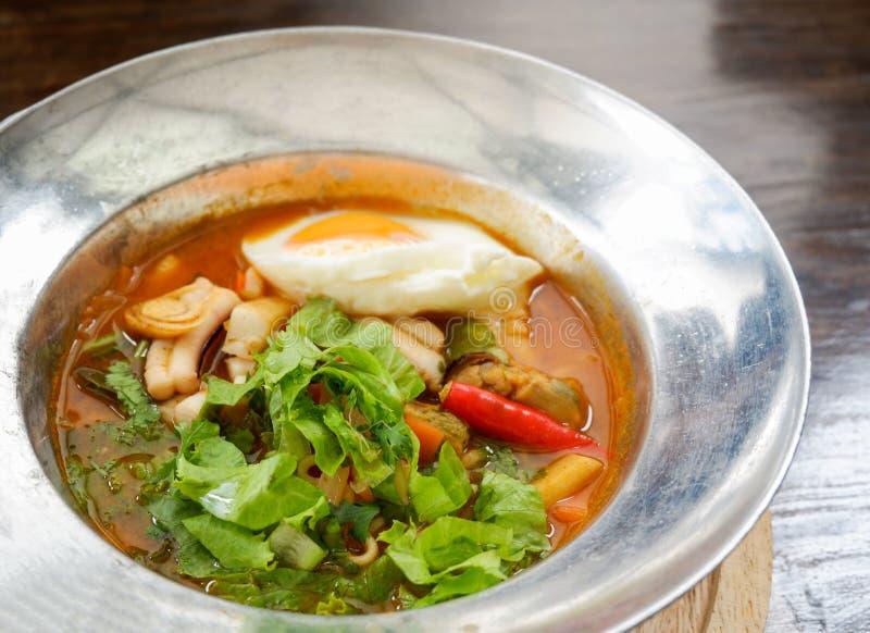 Sopa amarga con el calamar del camarón de los mariscos foto de archivo libre de regalías
