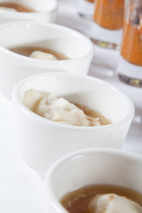 Sopa asiática com bolinho de massa imagens de stock royalty free