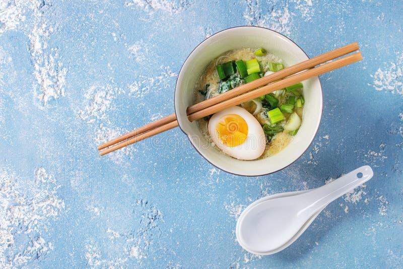 Sopa asiática com ovos, cebola e espinafres fotografia de stock royalty free