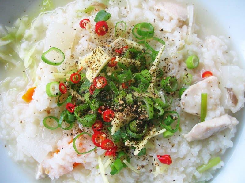Sopa asiática do arroz com ingredientes frescos foto de stock royalty free