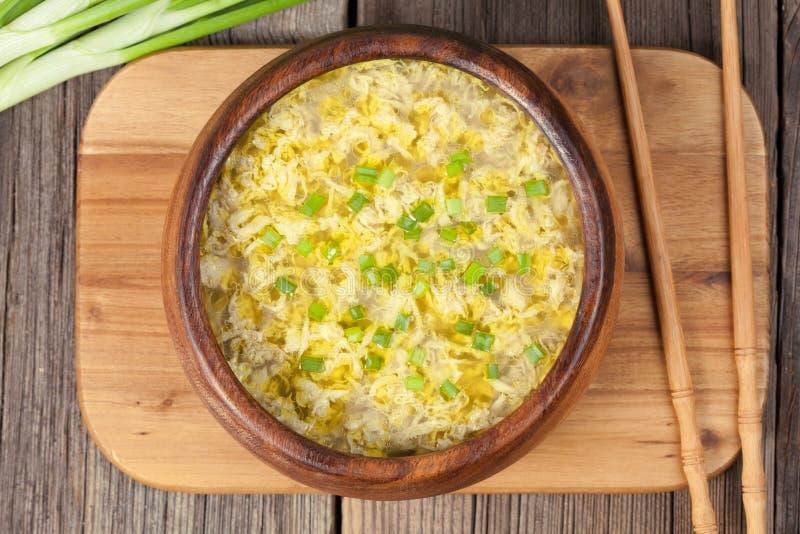 Sopa asiática tradicional saudável do ovo da gota do alimento com fotografia de stock