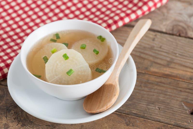 Sopa blanca del rábano en el cuenco blanco fotografía de archivo libre de regalías