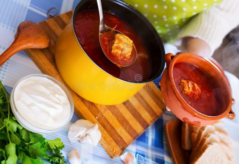 Sopa caliente rusa con la carne, remolachas y col imagen de archivo