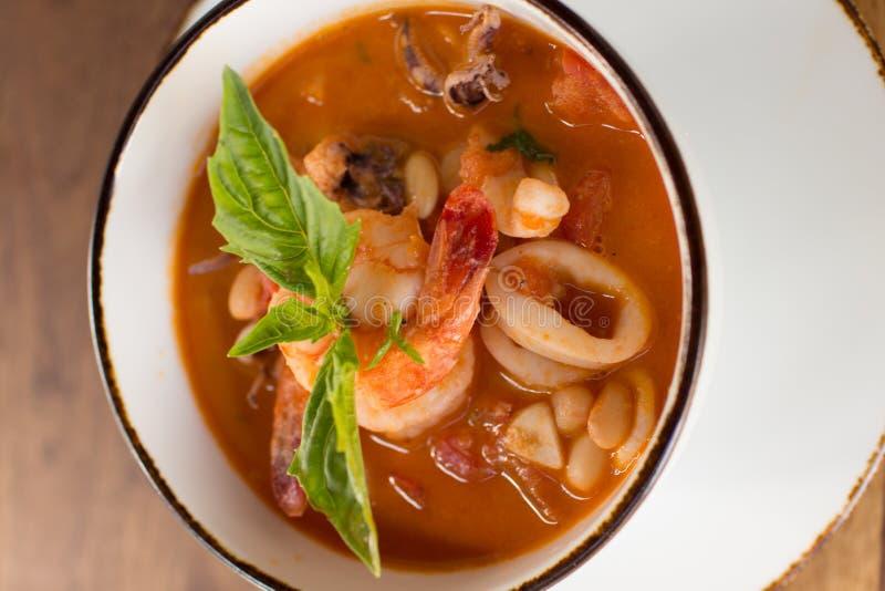 Sopa caseiro de Fagioli do Calamari imagens de stock royalty free