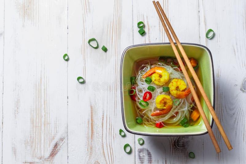 Sopa china con los tallarines del camarón y de arroz imagen de archivo libre de regalías