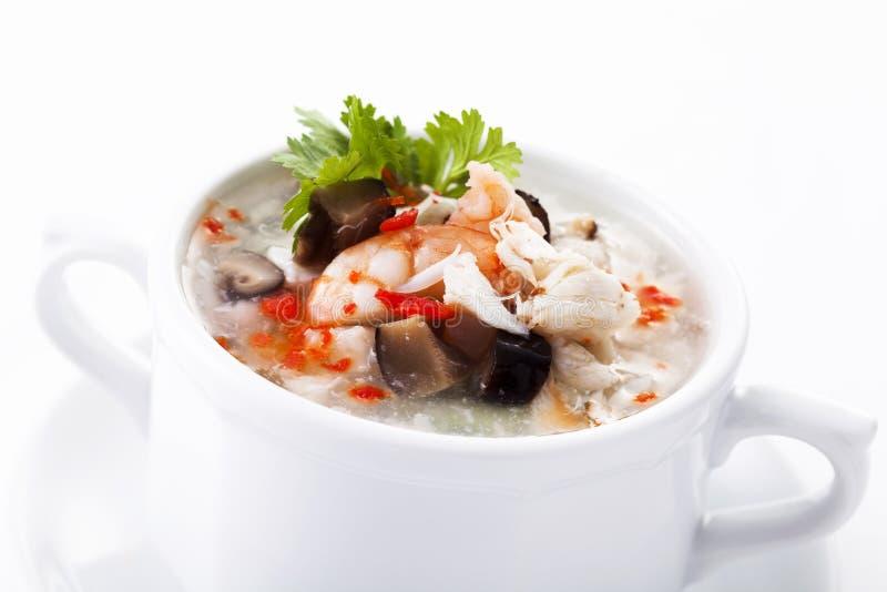 Sopa chinesa do ovo com marisco na bacia branca fotos de stock