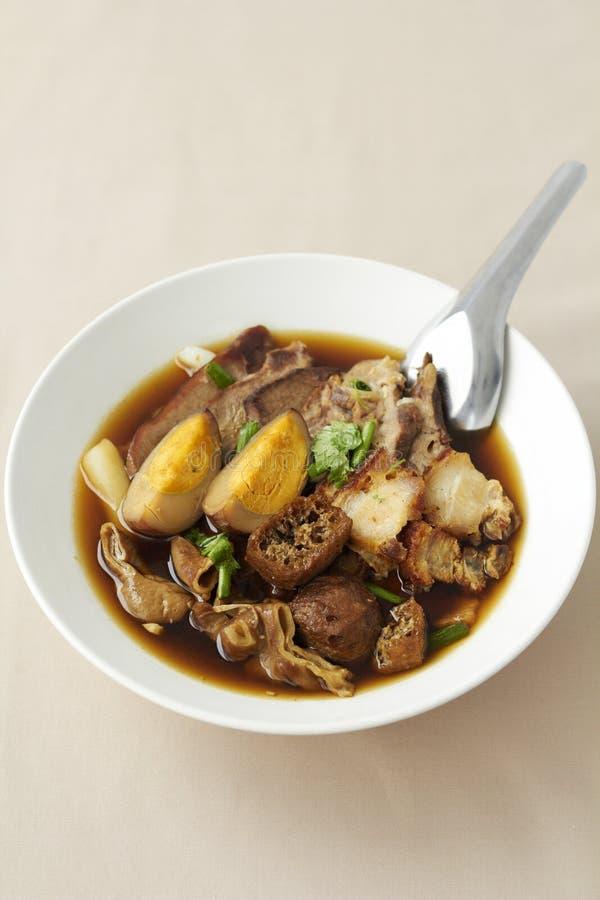 Sopa chinesa fervida do quadrado da massa foto de stock