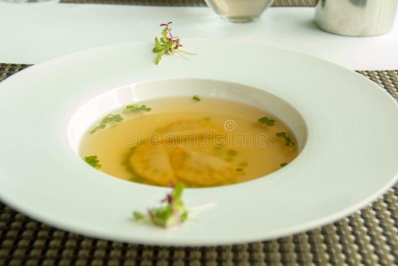 Sopa clara deliciosa na bacia branca foto de stock royalty free