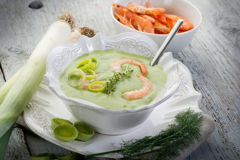 Sopa com camarão e alho-porro foto de stock royalty free