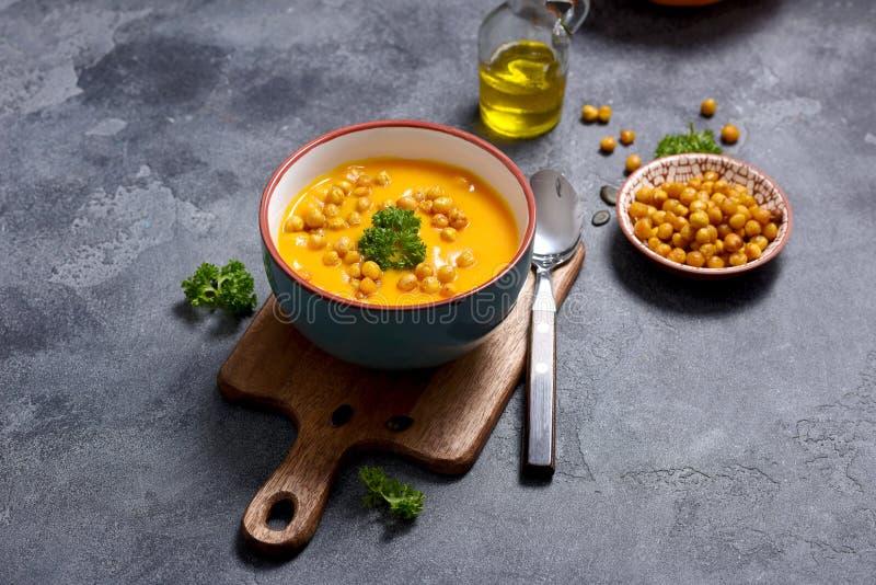 Sopa com grãos-de-bico cozidos, vegetariano saudável que come, jantar da abóbora do outono, alimento do vegetariano foto de stock
