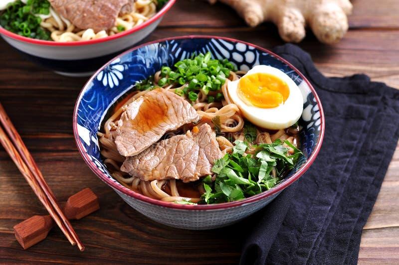 Sopa com macarronetes do soba, carne, gengibre, as cebolas verdes e o ovo imagens de stock royalty free