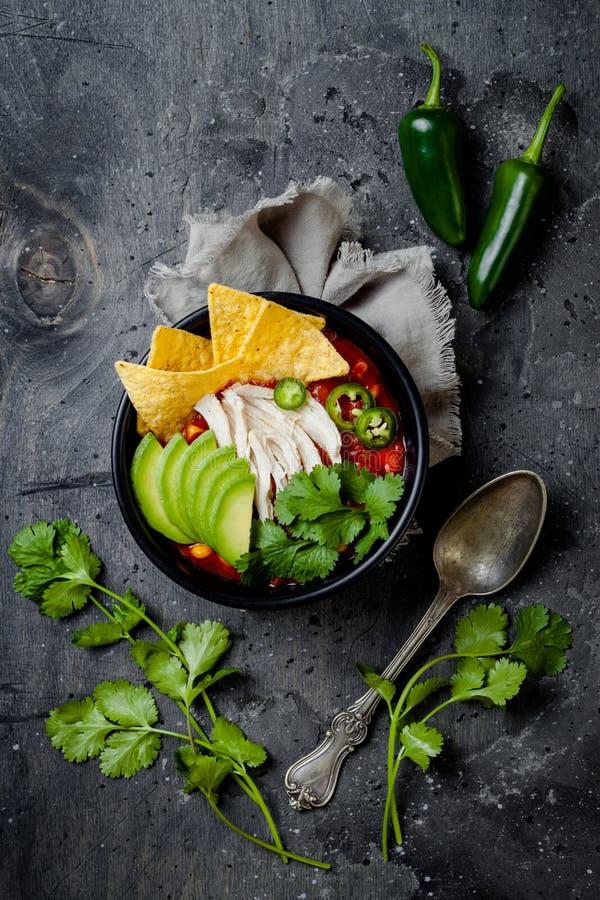 Sopa com nachos, abacate do piment?o da tortilha da galinha, cal, jalapeno Prato tradicional mexicano fotos de stock