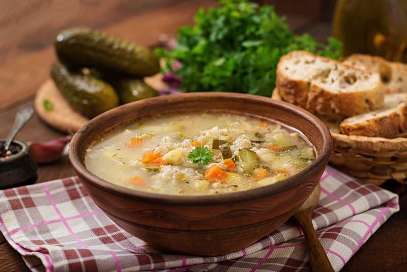 Sopa com pepinos e cevada de pérola conservados - rassolnik fotos de stock