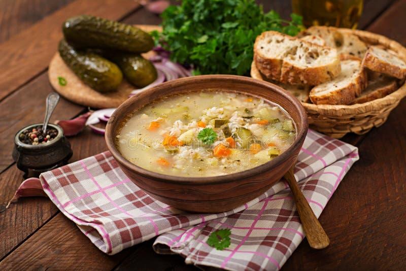 Sopa com pepinos e cevada de pérola conservados - rassolnik foto de stock royalty free