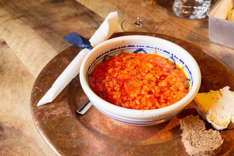 Sopa com tomates e pão imagem de stock