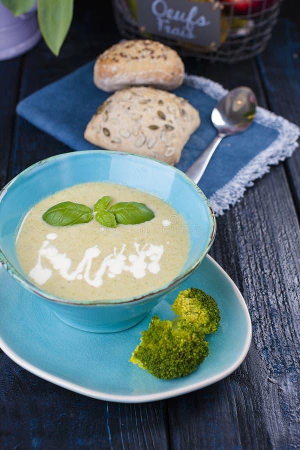 Sopa con bróculi y crema y albahaca Consumición sana Cena vegetal dietética Vitaminas sopa del Peso-ahorro imágenes de archivo libres de regalías