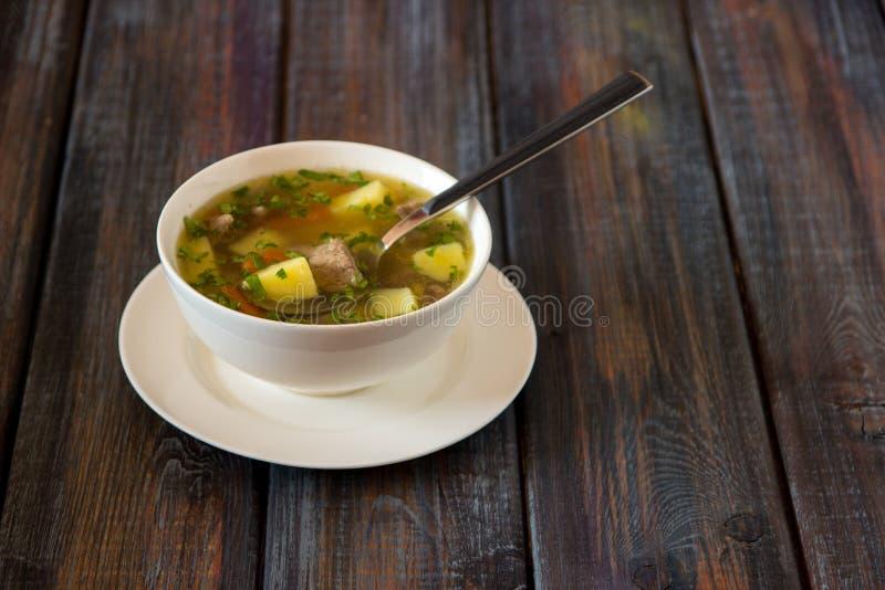 Sopa con la carne, las patatas y la zanahoria Sopa de la carne de vaca en un cuenco blanco, foto de archivo libre de regalías