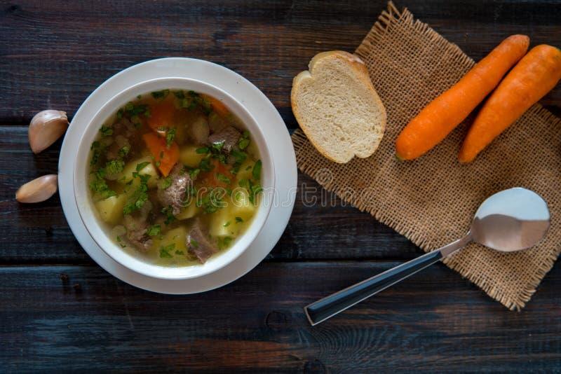 Sopa con la carne, las patatas y la zanahoria Sopa de la carne de vaca en un cuenco blanco fotografía de archivo libre de regalías