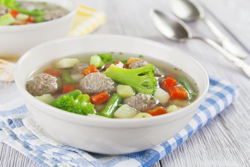 Sopa con las albóndigas y las verduras foto de archivo