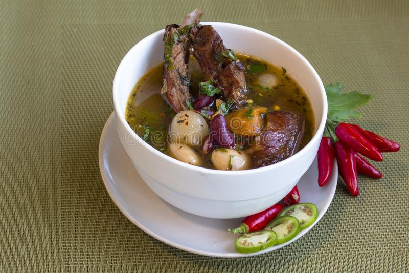 Sopa con las habas blancas y rojas y las costillas de cerdo ahumadas Con acento de los chiles imagenes de archivo