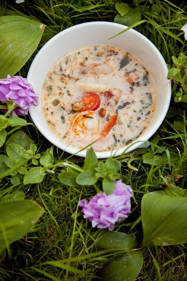 Sopa con los camarones imagenes de archivo