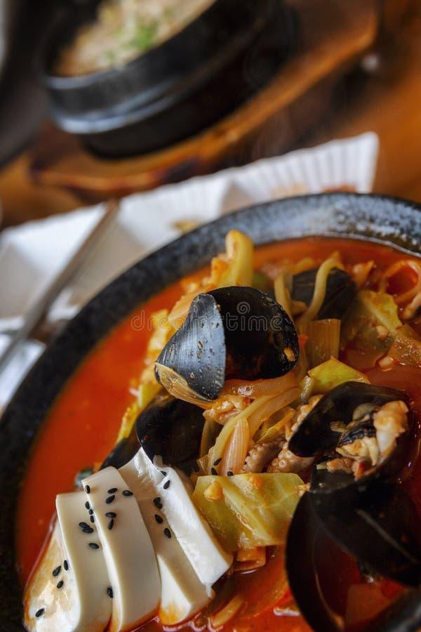 Sopa coreana apetitosa em uma placa na tabela, ajuste nacional da tabela fotografia de stock royalty free