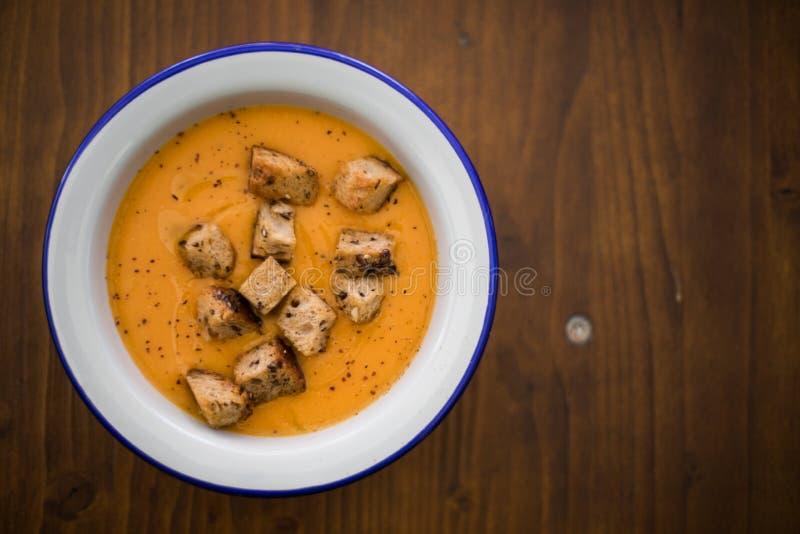 Sopa cremosa anaranjada con los cuscurrones fotos de archivo libres de regalías