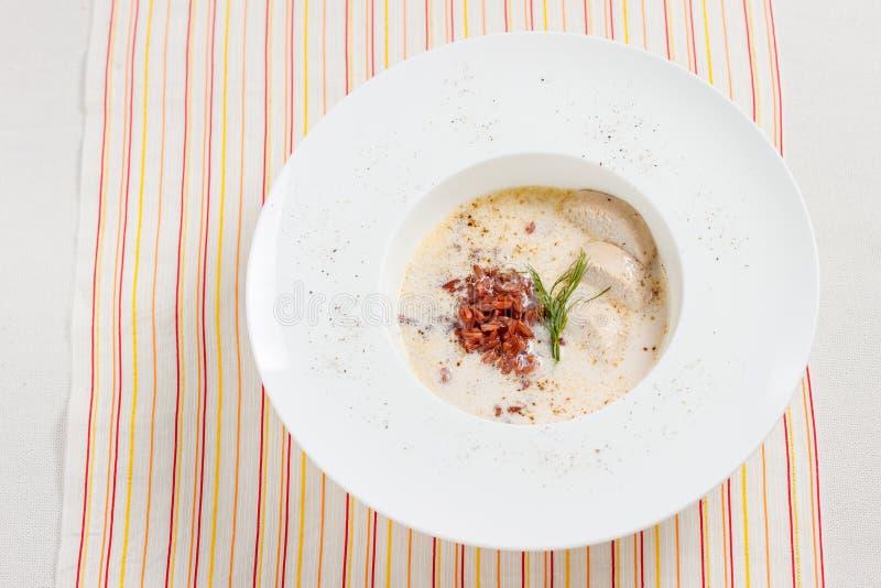 Sopa cremosa com arroz e a galinha vermelhos imagem de stock royalty free