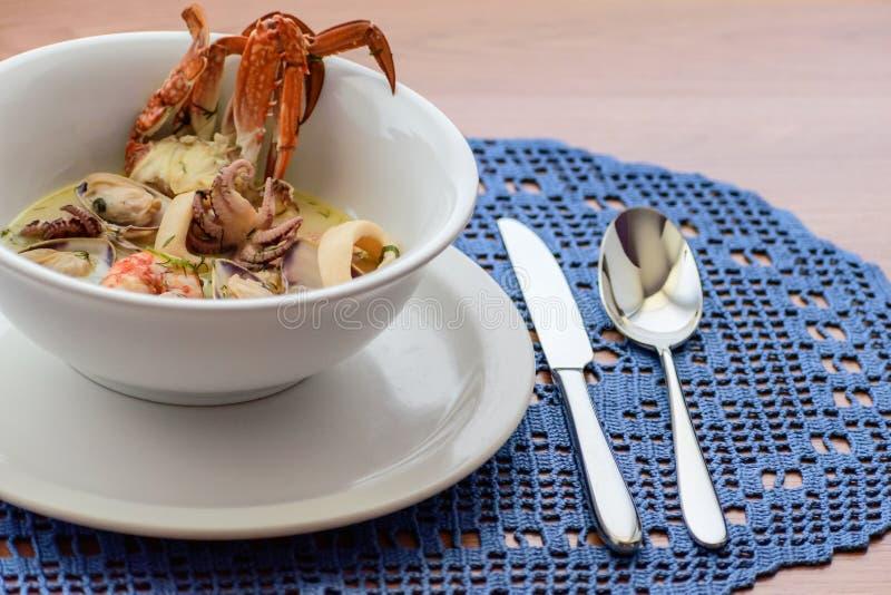 Sopa cremosa con los mariscos imagen de archivo