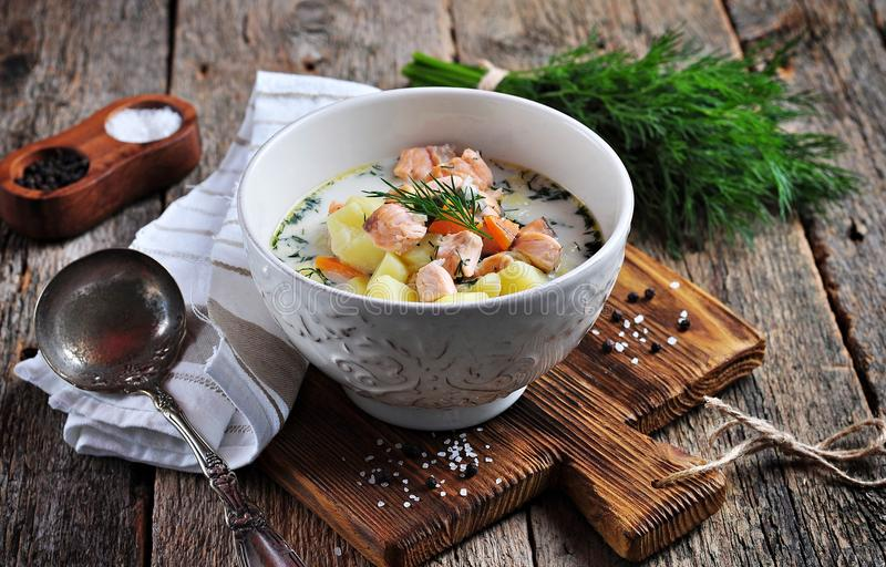 Sopa cremosa con los salmones, las patatas, las zanahorias y el eneldo salvajes Alimento sano imágenes de archivo libres de regalías