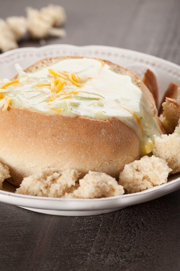 Sopa cremosa del Cheddar del bróculi en cuenco del pan imágenes de archivo libres de regalías