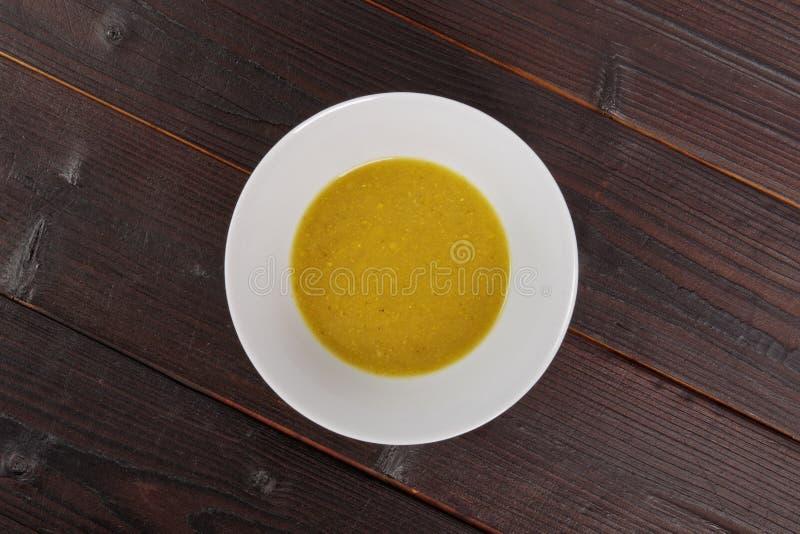 Sopa cremosa dos brócolis em uma tabela imagem de stock