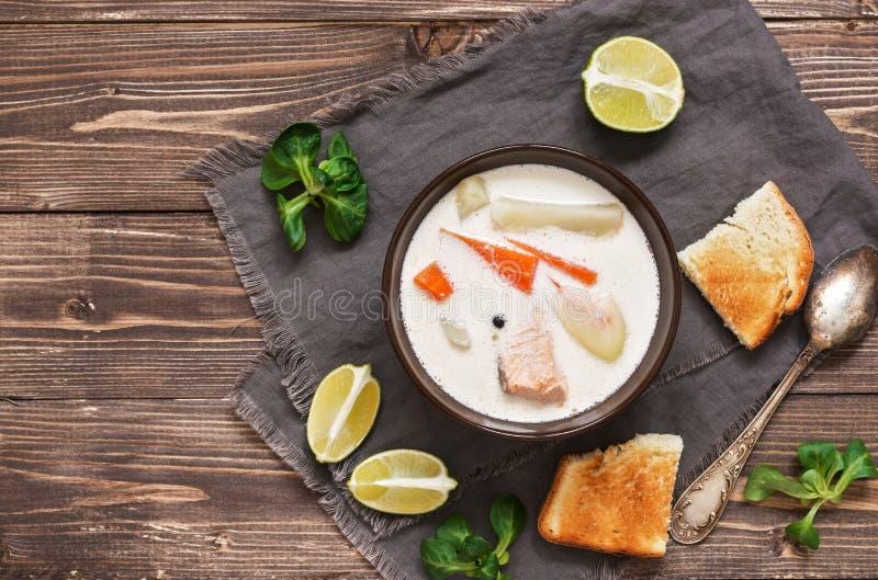 Sopa cremosa dos peixes escandinavos com salmões em um fundo de madeira Vista superior, espaço da cópia fotos de stock royalty free