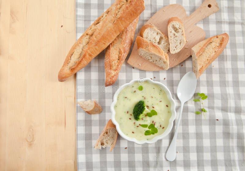 Sopa cremosa hecha en casa del bróculi foto de archivo