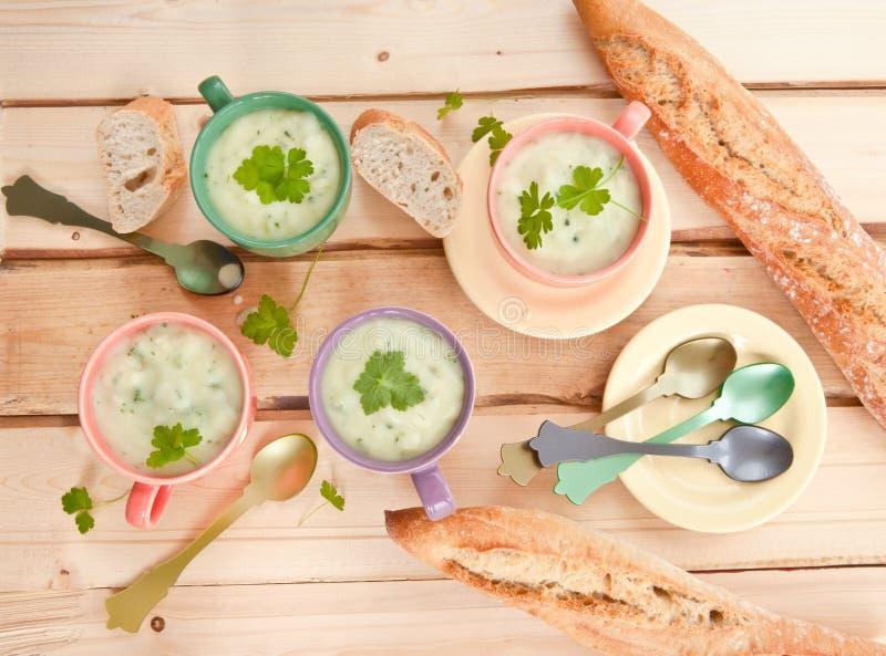 Sopa cremosa hecha en casa del bróculi imagen de archivo