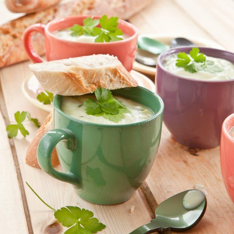 Sopa cremosa hecha en casa del bróculi imagenes de archivo