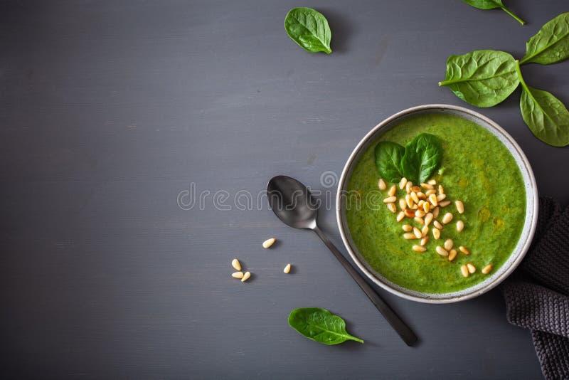 Sopa cremosa verde dos espinafres da couve-flor no fundo cinzento foto de stock royalty free