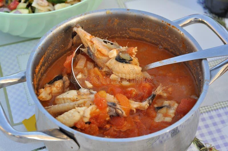 Sopa croata tradicional dos peixes com peixes do grdobina fotos de stock