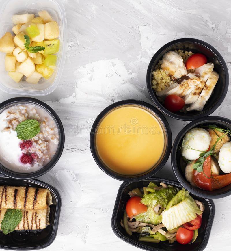 Sopa da abóbora, bazil e alface com vegaetbles cozinhados, nutrição apropriada foto de stock
