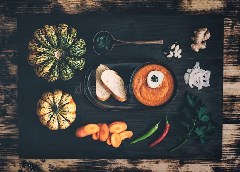 Sopa da Abóbora-cenoura com ingredientes fotografia de stock